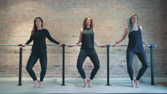 barre grand pliã motion - balettstång bildbanksvideor och videomaterial från bakom kulisserna
