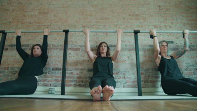 barre pull-ups motion - balettstång bildbanksvideor och videomaterial från bakom kulisserna