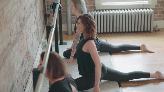 barre stretchingövningar - balettstång bildbanksvideor och videomaterial från bakom kulisserna