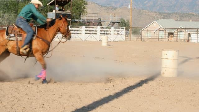 vídeos y material grabado en eventos de stock de barrel racing vaquero en un rodeo de polvo - rodeo