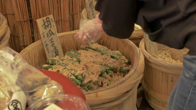 fat inlagd gurka i miso till salu på nishiki market - misosås bildbanksvideor och videomaterial från bakom kulisserna