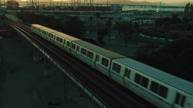 vídeos y material grabado en eventos de stock de trenes bart, grúas oakland, san francisco skyline - oakland