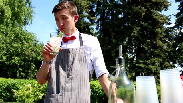 Barkeeper trinken Limonade (Mojito). Folie verschieben – Video