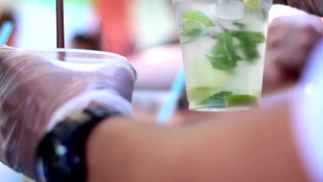 Barkeeper gibt Limonaden für Kunden – Video