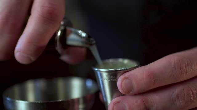 barkeeper machen eine ausgefallene margarita - barkeeper stock-videos und b-roll-filmmaterial