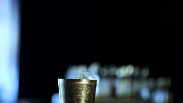 vídeos de stock e filmes b-roll de bartender making a fancy margarita - rum bebida branca