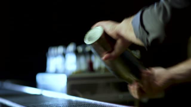 barmen süslü bir margarita yapma - bar i̇çkili mekan stok videoları ve detay görüntü çekimi