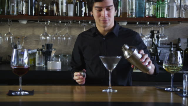 barista fare un martini al bar - martini video stock e b–roll