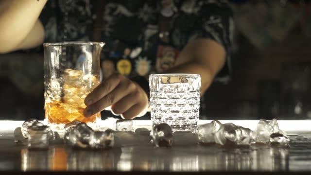 stockvideo's en b-roll-footage met barman maken cocktail in bar - martiniglas