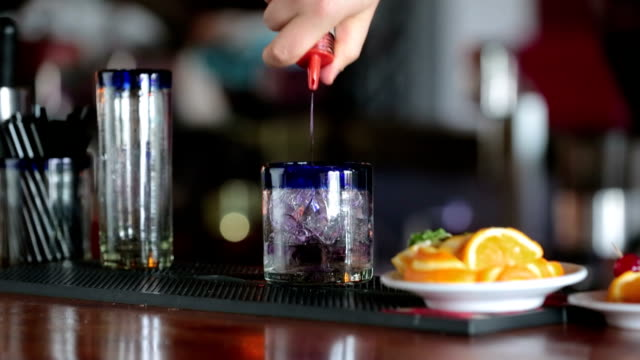 бармен коктейль решений - лимонный сок стоковые видео и кадры b-roll