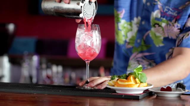 barkeeper cocktail machen - tropischer cocktail stock-videos und b-roll-filmmaterial