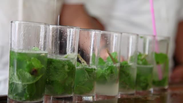 barkeeper machen mojitos in bar in havanna kuba - havanna stock-videos und b-roll-filmmaterial