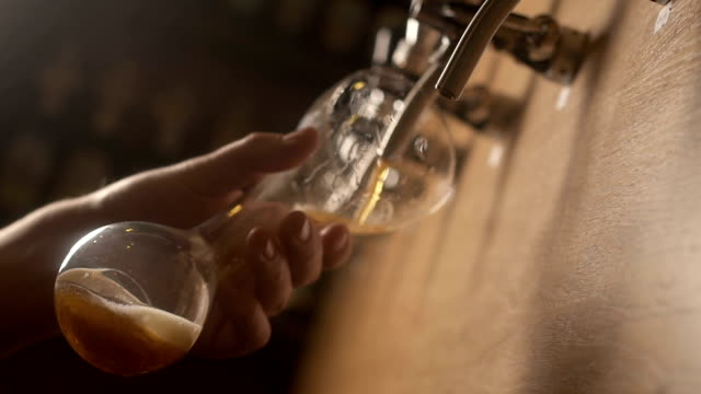 bartender pouring beer in the bar. close-up - fermentare video stock e b–roll