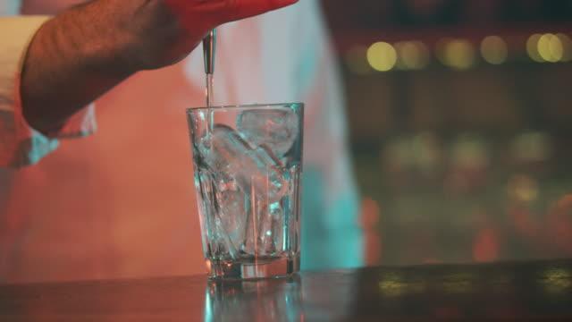Garçom servindo bebida 4K - vídeo