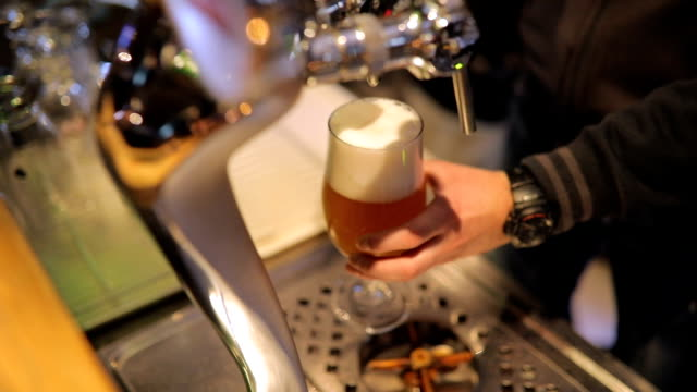 Barkeeper gießt frisches Bier – Video