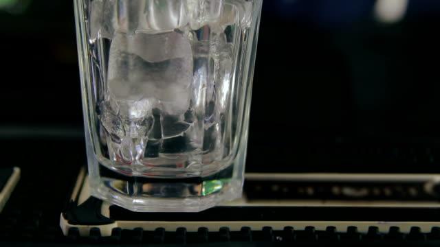 бармен заливки стакан льда с мятный сироп - сироп стоковые видео и кадры b-roll