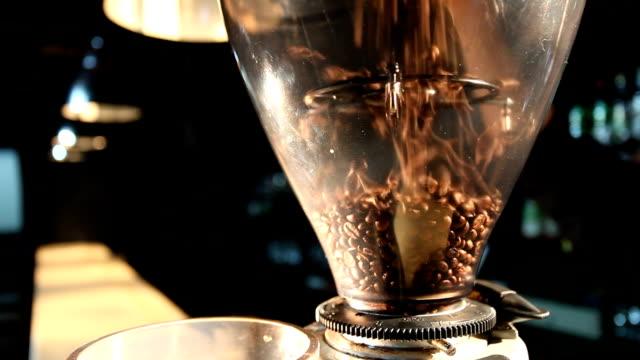 香り豊かなバーテンダーできる穀物を挽き器 - バリスタ点の映像素材/bロール