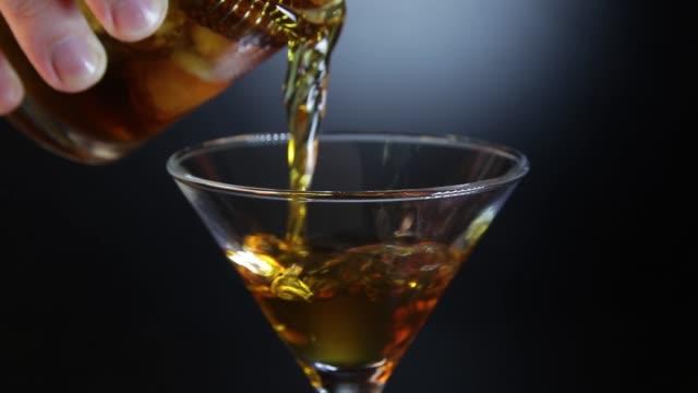 Barman preparando a bebida alcoólica de cocktail com cereja - vídeo