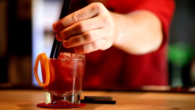 bartender som serverar cocktails - sugrör bildbanksvideor och videomaterial från bakom kulisserna