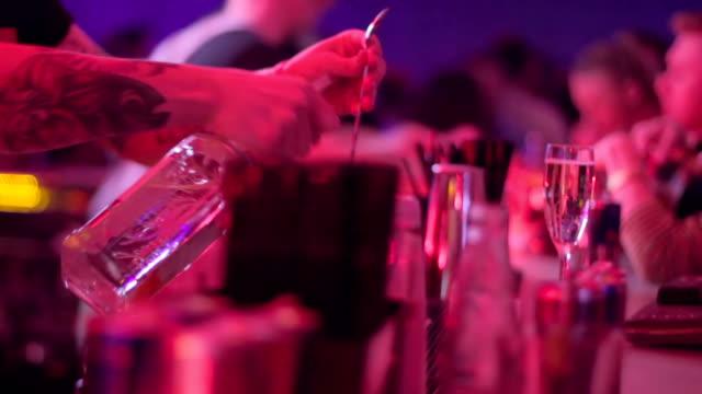 vidéos et rushes de barman servant des boissons pour les visiteurs, jus d'orange et de la vodka alcool - fête de naissance