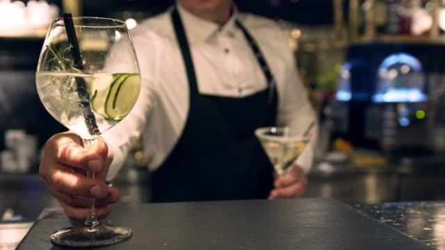 bartender serverar två cocktails på disken - martini bildbanksvideor och videomaterial från bakom kulisserna