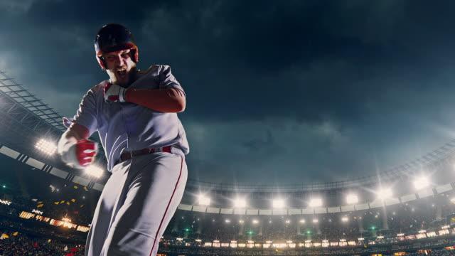 試合中にボールを打つ野球バッター ビデオ