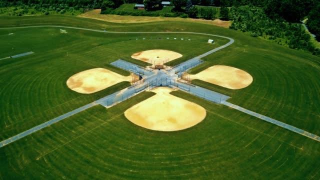 Complejo de campos de béisbol en pueblito 4K - vídeo