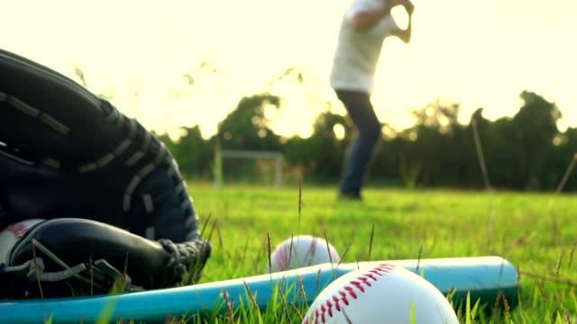 çim - meyilli beyzbol oyunu pitch hits - baseball stok videoları ve detay görüntü çekimi