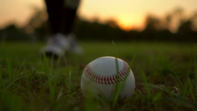 vidéos et rushes de jeu de baseball de l'herbe - baseball
