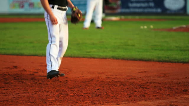 baseball pitcher in aktion zeitlupe - baseball stock-videos und b-roll-filmmaterial
