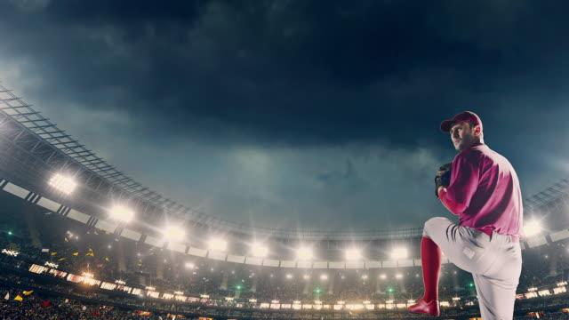 Arremessador de beisebol, lançando uma bola durante o jogo - vídeo