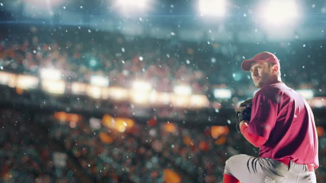 oyun sırasında bir topu atma baseball sürahi - baseball stok videoları ve detay görüntü çekimi