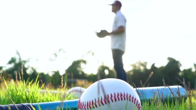 stockvideo's en b-roll-footage met honkbal werper gooien van een bal - samen sporten