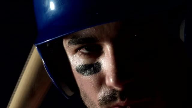 vídeos de stock, filmes e b-roll de jogador de beisebol na batida base close-up v2-hd - softbol esporte