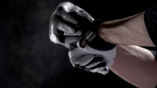giocatore di baseball spolverare mani al rallentatore - guanto indumento sportivo protettivo video stock e b–roll