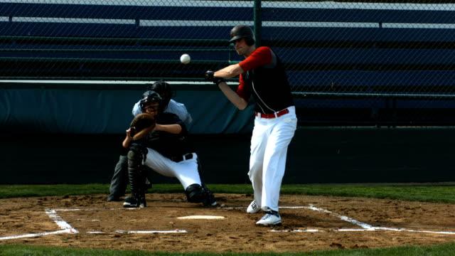 vídeos y material grabado en eventos de stock de jugador de béisbol pulsando ball, slow motion - béisbol