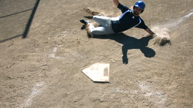 Jogador de beisebol slides na base, câmera lenta