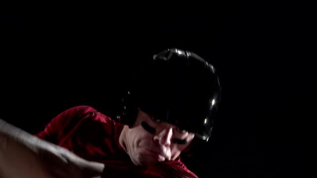 野球選手スインギング、ブルンジ、クローズアップ、黒色の背景 - 野球点の映像素材/bロール