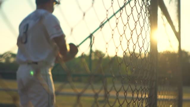 日没時の練習中の野球選手 - 野球点の映像素材/bロール