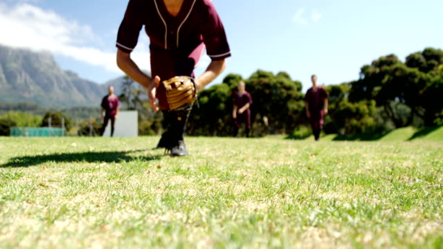 baseball-spieler beim training - fangen stock-videos und b-roll-filmmaterial
