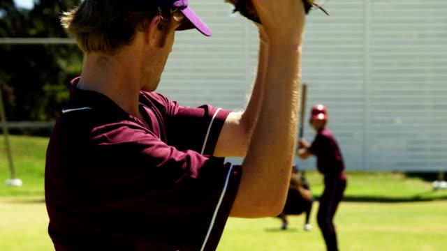 練習セッション中にボールをピッチング野球選手 - 野球点の映像素材/bロール