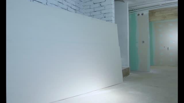 vídeos y material grabado en eventos de stock de construcción de apartamento del piso de sótano en proceso - basement