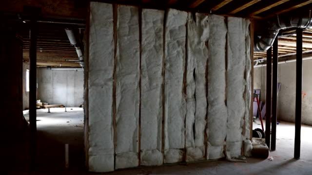 vídeos y material grabado en eventos de stock de sótano con aislamiento de cerca instalación del sistema de calefacción en el sistema de calefacción de tubería ver construcción de encuadre de la casa - imperfección