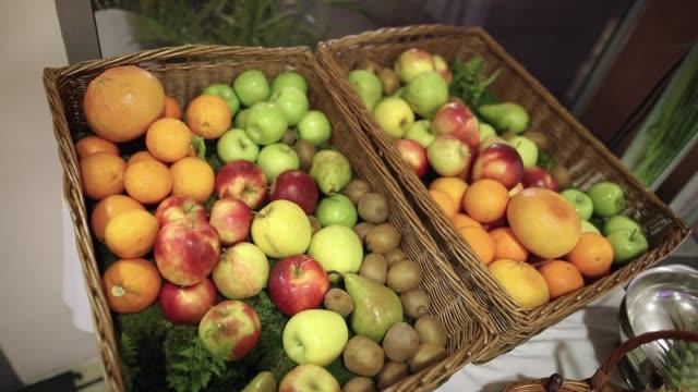 vídeos de stock e filmes b-roll de basket full of fruit - saladeira