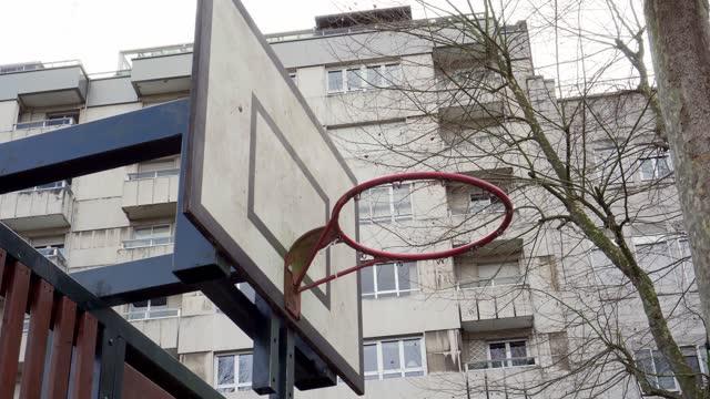 basket backboard på bakgrunden av en byggnad på en stadsgata - avkopplingsaktivitet bildbanksvideor och videomaterial från bakom kulisserna