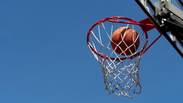 vídeos y material grabado en eventos de stock de tablero de baloncesto. streetball. en el aire. - basketball hoop