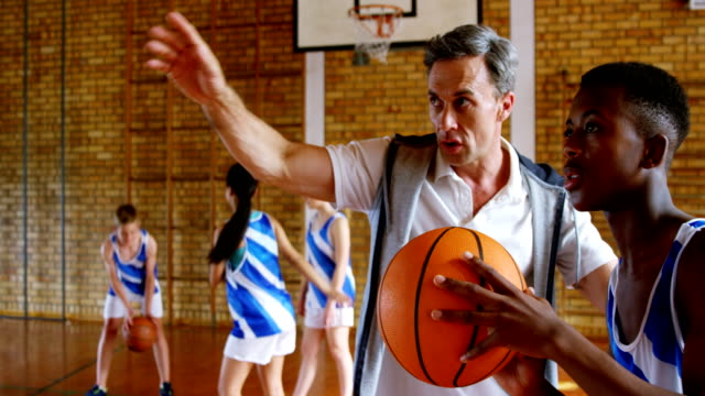 basketball-trainer ausbildung, 4 k kid - trainer stock-videos und b-roll-filmmaterial