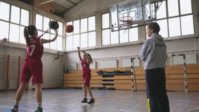 농구 코치 보고 여자 선수는 연습에 무료 던지기를 촬영 - 연습하기 스톡 비디오 및 b-롤 화면