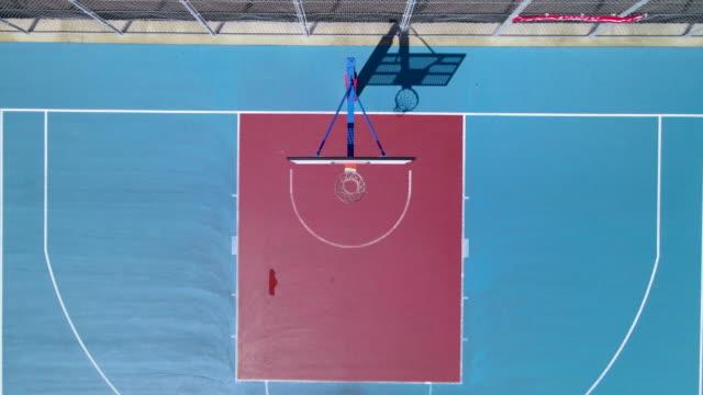 青空が輝くバスケットボールコート - 籠点の映像素材/bロール