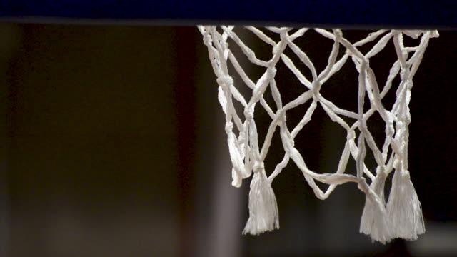 vídeos y material grabado en eventos de stock de entrenamiento de tiro libre de baloncesto. canasta de baloncesto de cerca. plano - basketball hoop
